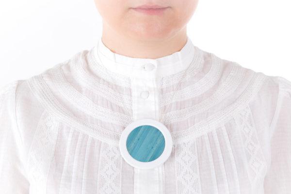 collier bleu ciel blanc gros pendentif rond 66 porcelaine marqueterie paille l atelier du blanc
