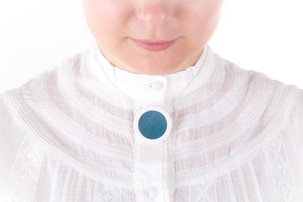 collier bleu ciel blanc pendentif rond moyen porcelaine paille latelierdublanc