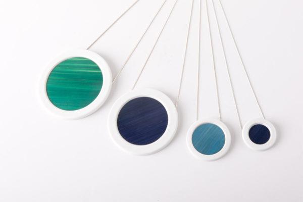 collier bleu ciel blanc pendentif rond pop porcelaine marqueterie paille latelierdublanc