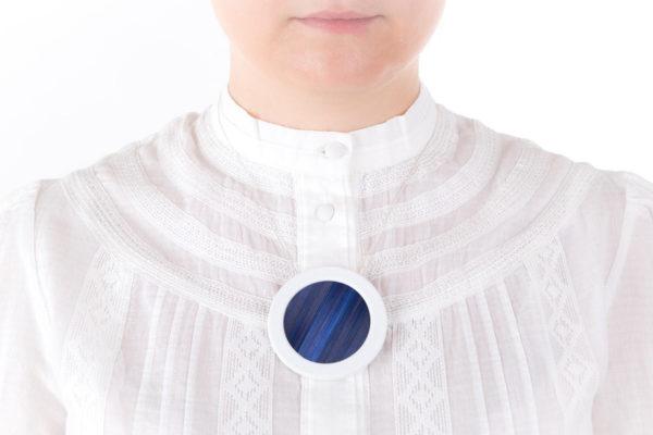 collier bleu marine blanc gros pendentif rond 66 porcelaine marqueterie l atelier du blanc