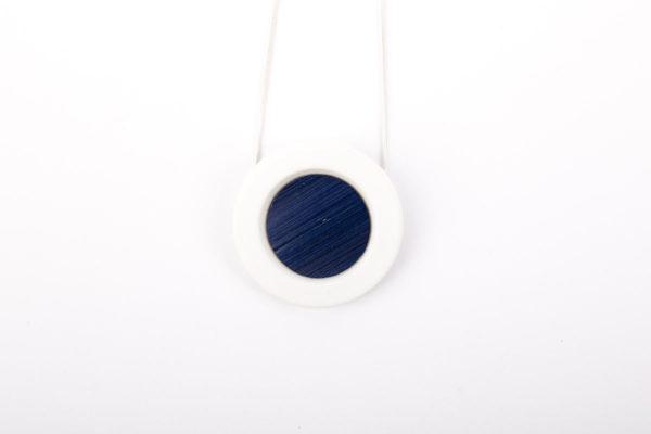 collier bleu nuit blanc pendentif porcelaine paille latelierdublanc