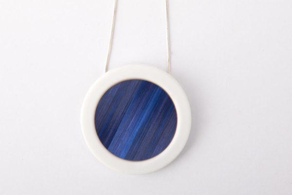 collier bleu nuit blanc pendentif rond pop porcelaine marqueterie latelierdublanc 2