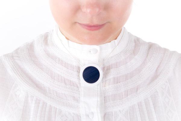 collier bleu nuit pendentif rond porcelaine marqueterie latelierdublanc