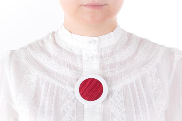 collier rose framboise blanc gros pendentif rond 66 porcelaine marqueterie l atelier du blanc 1