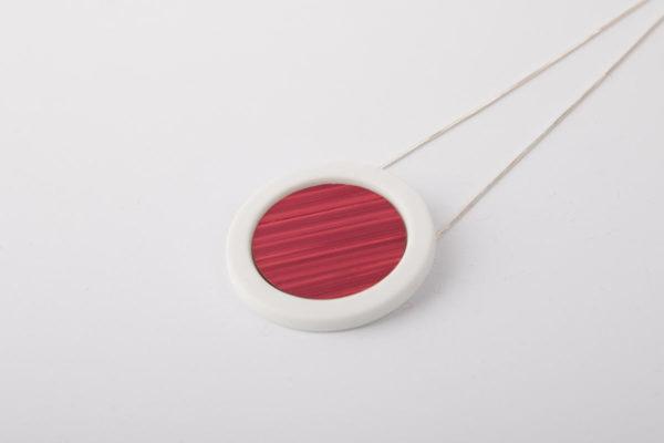 collier rose framboise blanc pendentif rond pop porcelaine marqueterie paille latelierdublanc