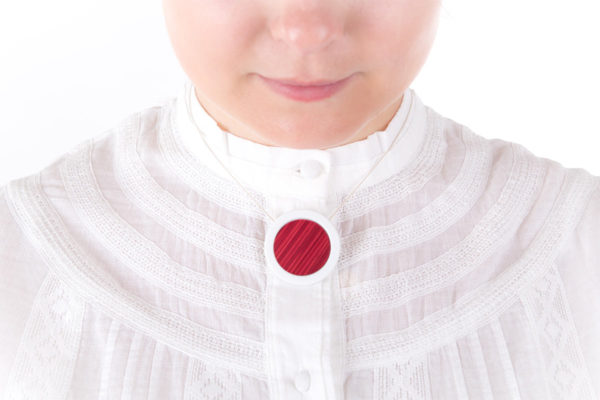 collier rose framboise pendentif rond moyen porcelaine marqueterie latelierdublanc