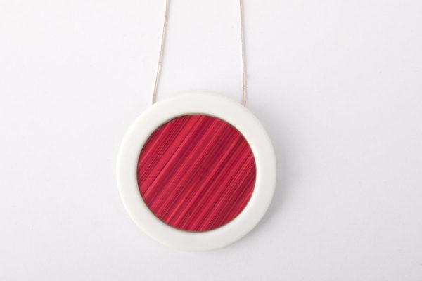 collier rose fuchsia blanc pendentif rond pop porcelaine marqueterie latelier du blanc