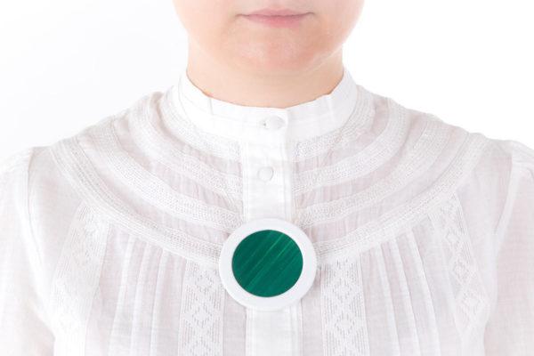 collier vert emeraude blanc gros pendentif rond 66 porcelaine marqueterie l atelier du blanc