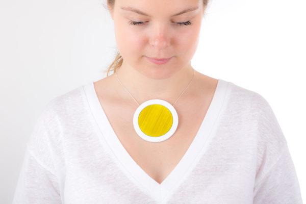 gros collier jaune or miel blanc gros pendentif rond 73 porcelaine marqueterie l atelier du blanc