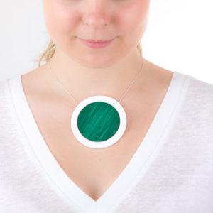 gros collier vert emeraude blanc gros pendentif rond 73 porcelaine marqueterie l atelier du blanc