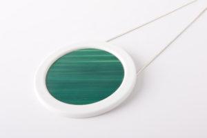 gros collier vert emeraude blanc gros pendentif rond pop porcelaine marqueterie l atelier du blanc