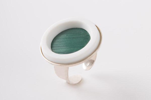 grosse bague reglable vert fonce porcelaine paille latelierdublanc