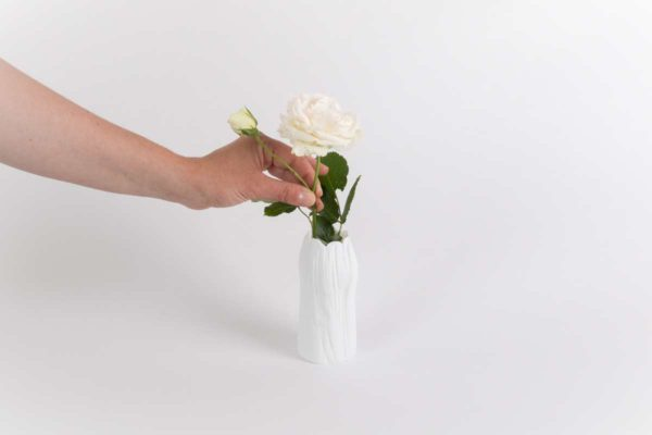 petit vase blanc haut etroit caulis porcelaine de limoges latelier du blanc