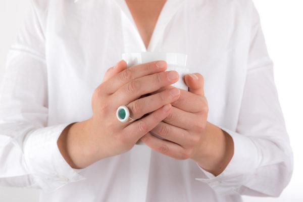 bague argent cabochon rond marqueterie de paille vert emeraude porcelaine blanche l atelier du blanc