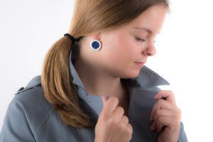 boucle-d-oreille-blanche-bleu-nuit-marqueterie-paille-ceramique-latelierdublanc
