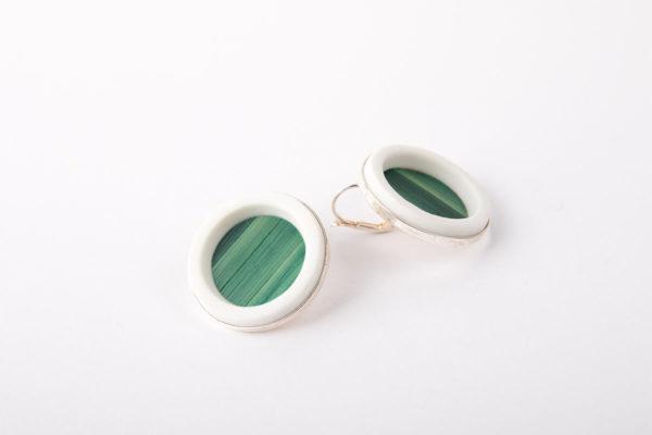 boucle-d-oreille-pendante-verte-attache-dormeuse-argent-paille-porcelaine-latelier-du-blanc