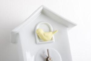 coucou-horloge-pendule-oiseau-jaune-porcelaine-de-limoges-deco-interieur-l-atelier-du-blanc