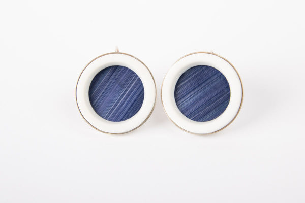 grande-boucle-d-oreille-original-femme-dormeuse-anneau-porcelaine-blanche-paille-bleu-marine-argent-l-atelier-du-blanc