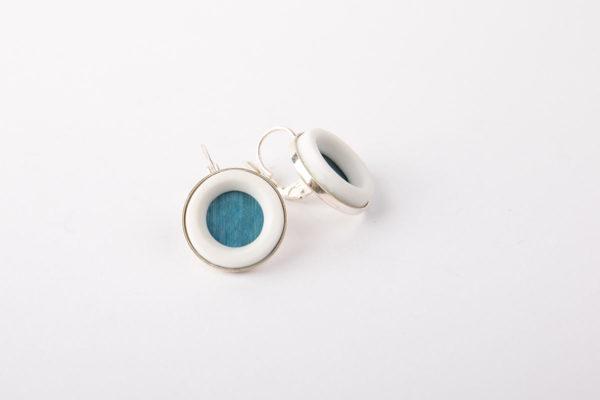 petites-boucles-d-oreilles-argent-fille-bleu-clair-marqueterie-paille-porcelaine-blanche-latelierdublanc