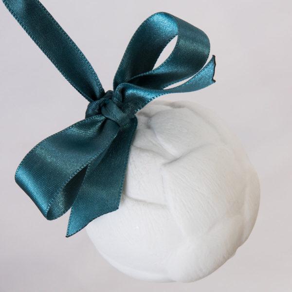 boule-de-noel-originale-artichaut-porcelaine-de-limoges-latelier-du-blanc