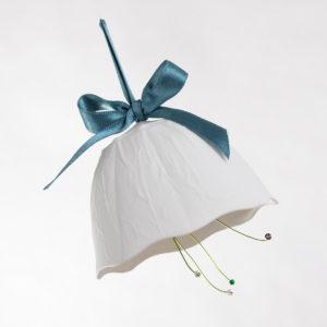 boule-de-noel-fleur-blanche-a-suspendre-porcelaine-de-limoges-l-atelier-du-blanc
