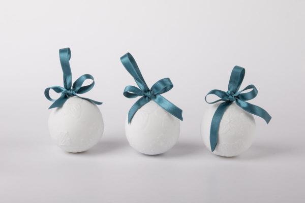 deco-pour-sapin-boule-de-noel-blanc-fleurs-hortensia-papillon-coffret-collection-porcelaine-de-limoges-latelier-du-blanc