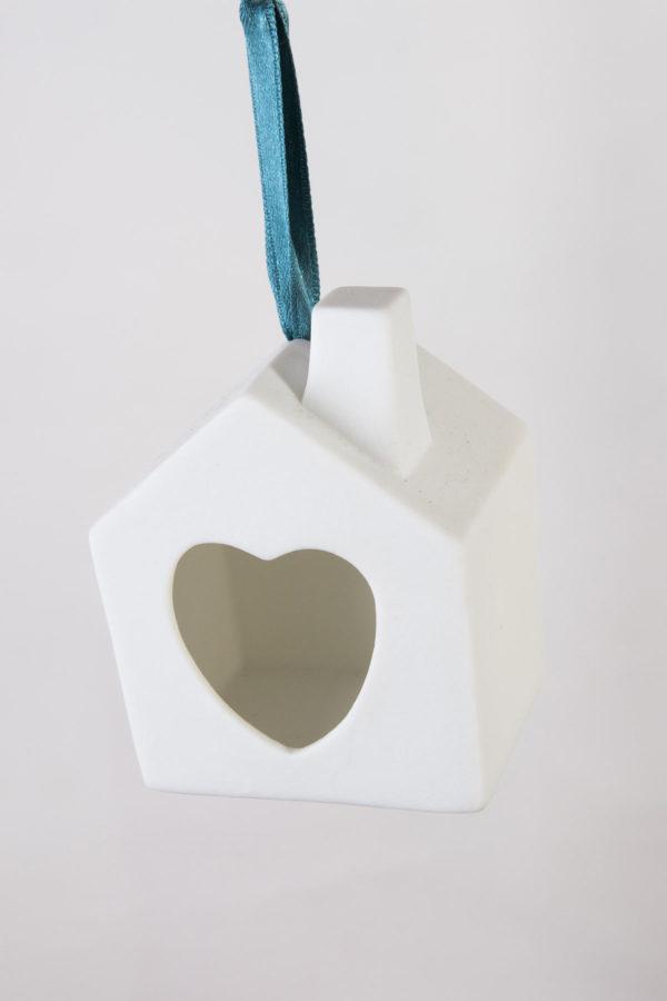 village-maison-coeur-cheminee-suspendre-deco-noel-sapin-porcelaine-latelier-du-blanc