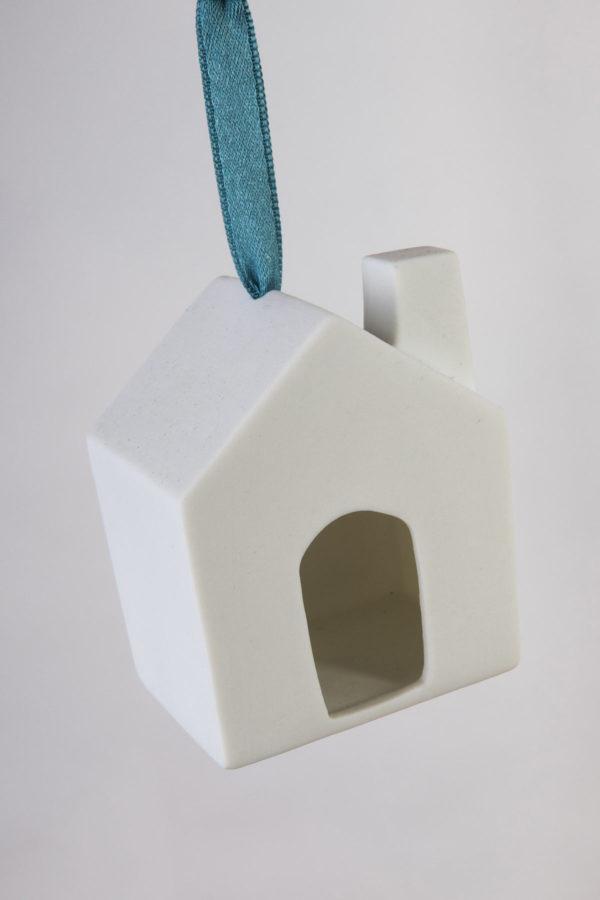 village-maison-porte-cheminee-suspendre-deco-noel-sapin-porcelaine-latelier-du-blanc