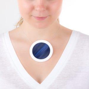 gros-collier-bleu-nuit-blanc-gros-pendentif-rond-porcelaine-marqueterie-l-atelier-du-blanc
